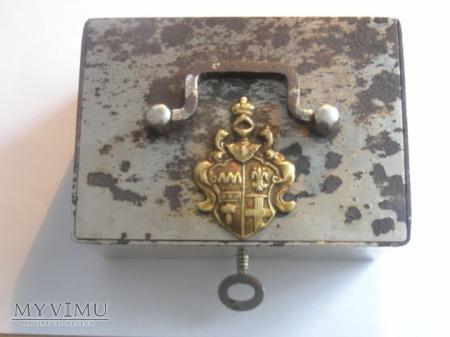 Stalowa kasetka na klucz z herbem (nierozpoznanym)
