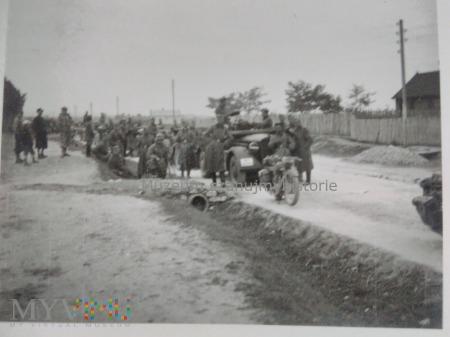 kolumna Wehrmachtu w polskiej wiosce