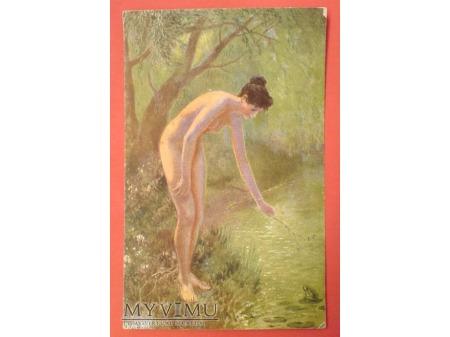 Akt Naga dziewczyna w lesie i mała ŻABKA ZIELONA