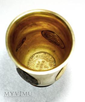 Kubek, puchar z monetami powstanczymi