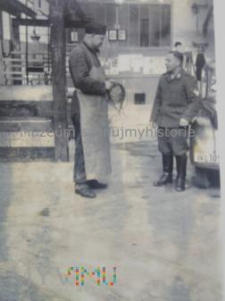 żołnierze w warsztacie
