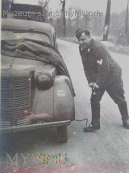 żołnierz Luftwaffe przy samochodzie