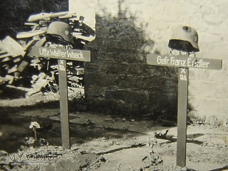 Duże zdjęcie Groby z hełmami