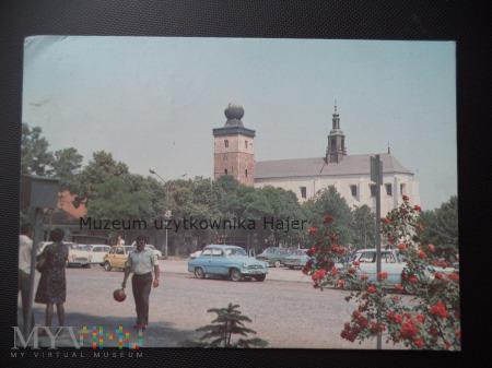 MIECHÓW Rynek w głębi kościół gotycki