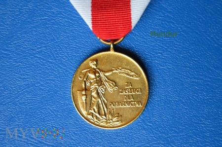 """Medal złoty """"Za Zasługi dla Pożarnictwa"""" ZOSP RP"""