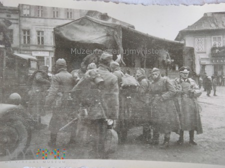żołnierze wsiadają do ciężarówki
