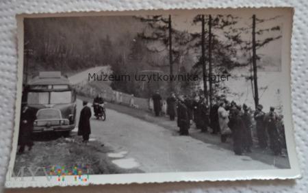Duże zdjęcie Zdjęcie żołnierze LWP na wycieczce Stary autobus