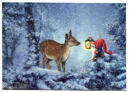 Krasnal z lampką w zimowym skandynawskim lesie