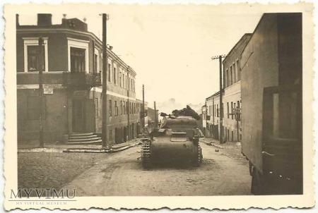 Ulica Rawska, zniszczony czołg, zwłoki żołnierza