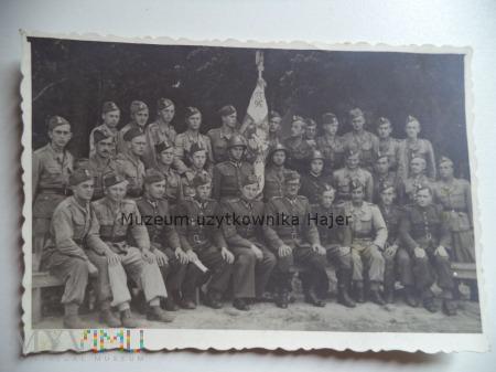 Zdjęcie grupowe żołnierzy LWP ze sztandarem
