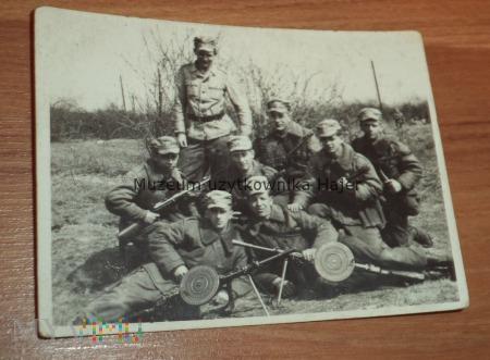 Zdjęcie żołnierza LWP z RKM DP wz. 28