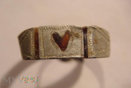 Pierścionek aluminiowy z sercem z bursztynu