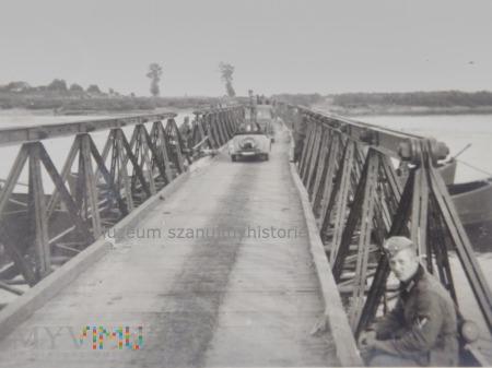 kolumna samochodów na moście