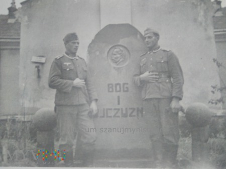 Wehrmacht przy pomniku z Piłsudskim