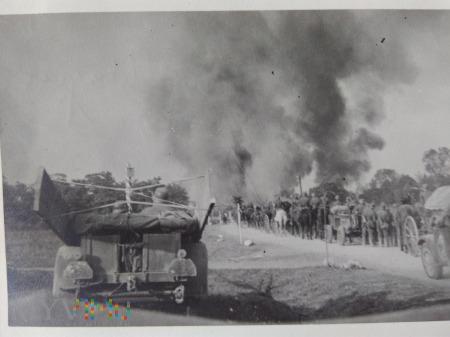 Duże zdjęcie niemiecka kolumna i słupy dymu