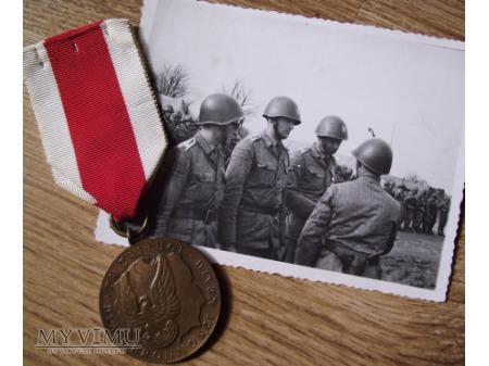 """Medal """"Za zasługi dla obronności kraju"""" -brązowy"""