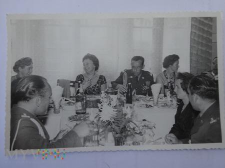 Oficerskie spotkanie przy stole biesiadnym
