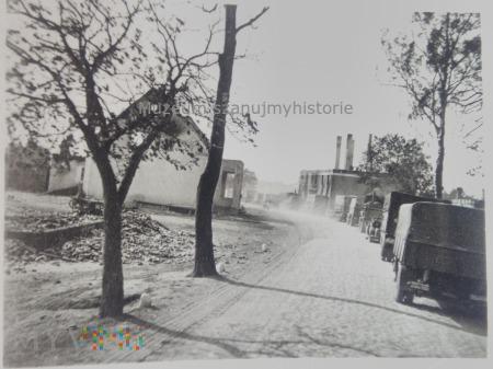 kolumna samochodów wśród ruin