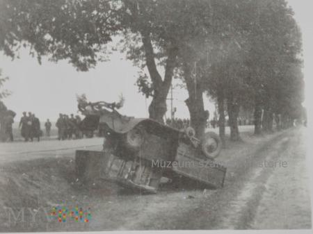 zniszczona ciężarówka i cywile 1939