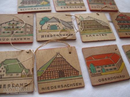 WHW - 11 drewnianych odznak, kolorowo malowanych