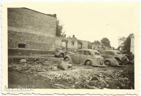 Zniszczone samochody na podwórku plebanii