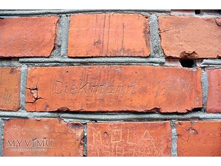 """Duże zdjęcie """"Stara Prochownia"""" - budynek A - inskrypcja #055"""
