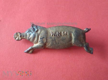 WHW Laufendes Schwein mit einem Kleeblatt im Maul