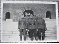 Żołnierze wehrmachtu przed budynkiem