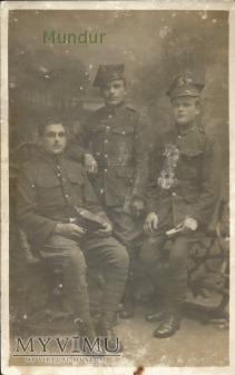 Zdjęcie: trzech przedwojennych żołnierzy