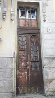 Duże zdjęcie Drzwi na ulicy szkolnej.