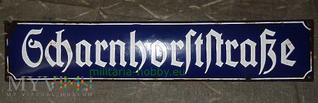 Emaliowana tabliczka z nazwą ulicy