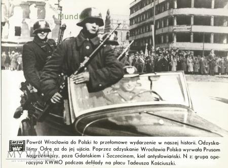 Zdjęcie propagandowe MO: KWMO podczas defilady