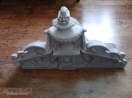Korona eklektyczna pieca kaflowego z 1885 roku.