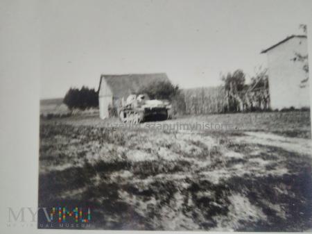 niemiecki czołg w polskiej wsi