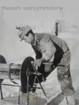 żołnierz przy studni