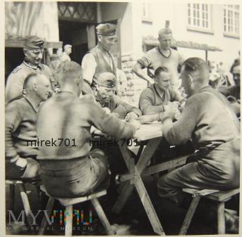 Żołnierze niemieccy i karty