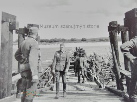 Wehrmacht przeprawia się przez rzekę