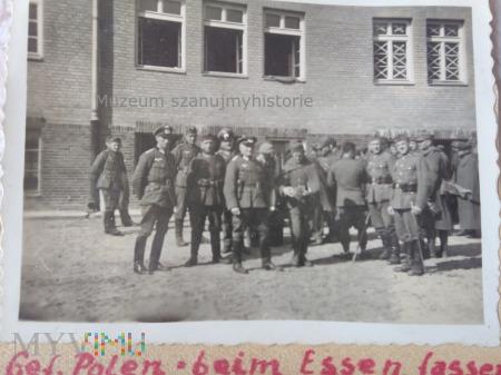 polscy jeńcy dostają jedzenie 1939