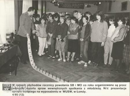 Zdjęcie propagandowe MO: spotkanie z młodzieżą