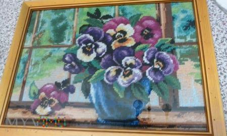 Kwiaty w oknie .