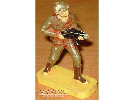 Żołnierzyk z karabinem maszynowym.