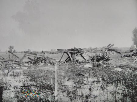 resztki zniszczonego mostu 1939