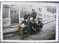 Zdjęcie żołnierze i dziewczyna na motocyklu