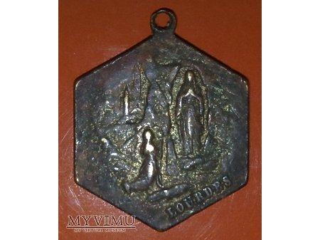 Stary medalik pamiątka z Lourdes
