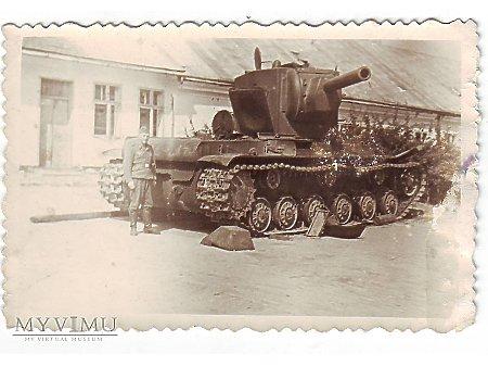 Żołnierze przy zdobytym KW-2