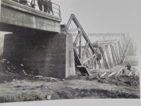 Niemcy i zniszczony most 1939