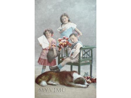 Pies i dzieci - stara pocztówka z minionej epoki