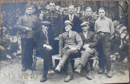 Grupa polskich jeńców z żołnierzem niemieckim
