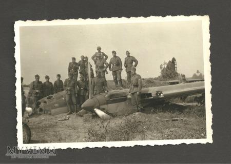 Zolnierze na zestrzelonym bombowcu AR-2