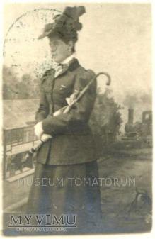 Dama z parasolką z pociągiem w tle